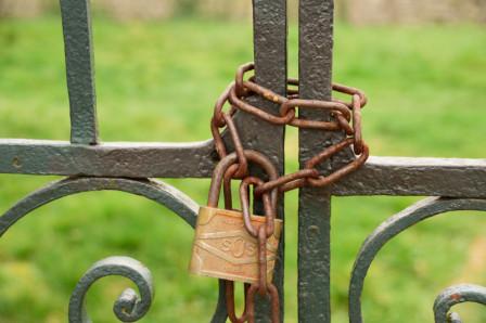 Portail rouillé verrouillé par une chaîne et un cadenas