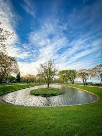 Plan d'eau dans un parc
