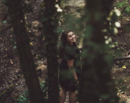Femme vue d'en haut à travers les arbres
